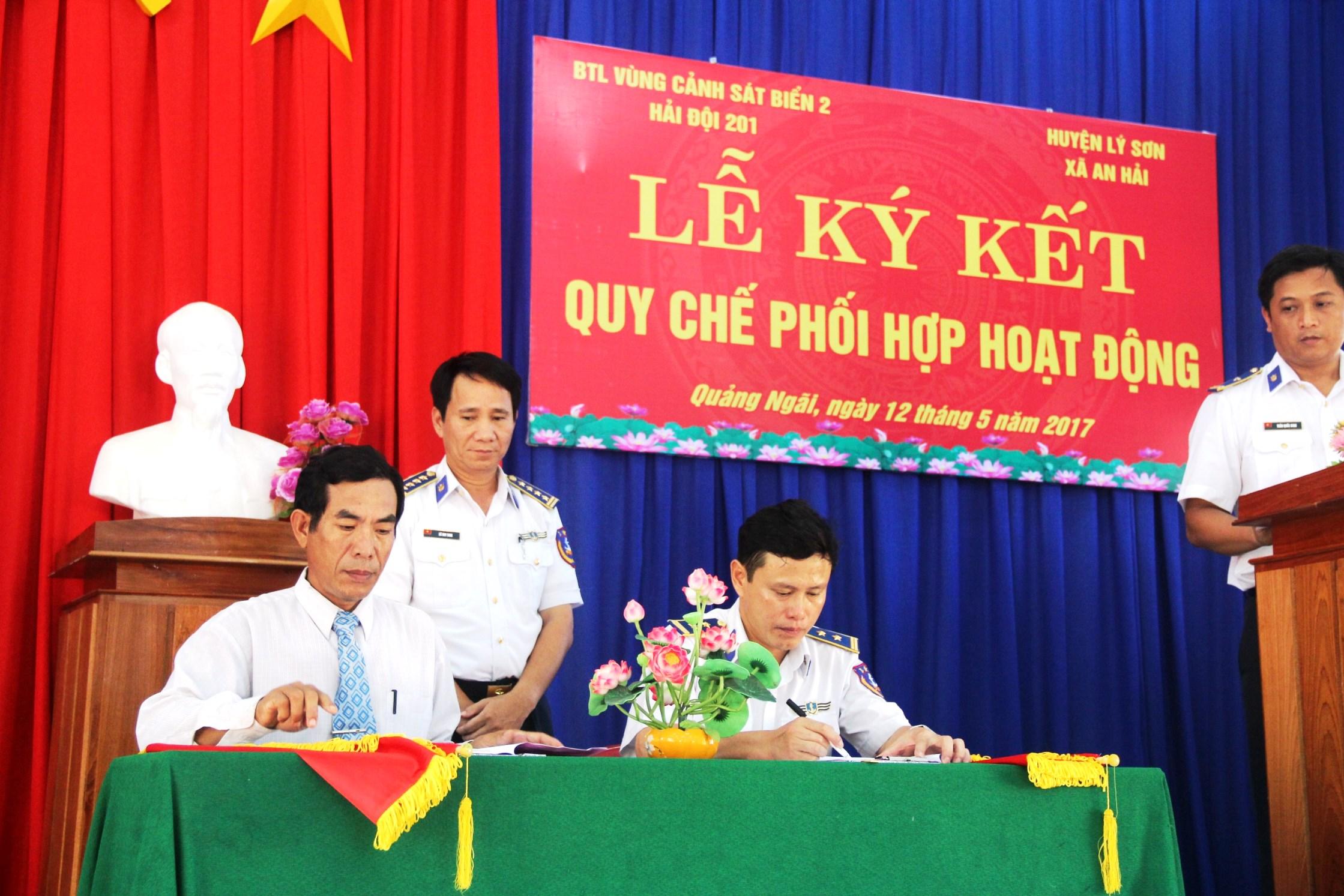 Bộ Tư lệnh Vùng Cảnh sát biển 2 và đại diện UBND xã An Hải ký kết quy chế phối hợp hoạt động. Ảnh: XUÂN THỌ