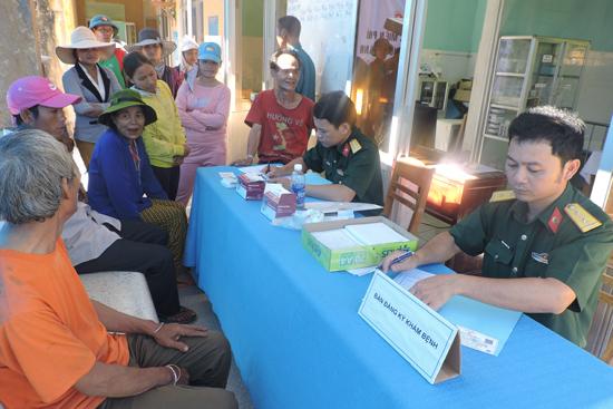 Bộ đội Phước Sơn khám bệnh cho nhân dân xã Phước Thành. Ảnh: D.L