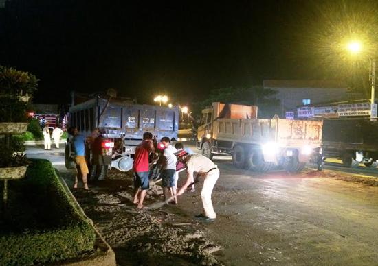 Lực lượng CSGT tham gia khắc phục sự cố đổ chất thải tại điểm giao lộ Nguyễn Hoàng - Phan Bội Châu (TP.Tam Kỳ) vào tối 24.5 vừa qua. Ảnh: V.B