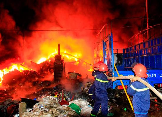 Chiến sĩ của đơn vị làm nhiệm vụ chữa cháy trong một vụ hỏa hoạn xảy ra trên địa bàn TP.Tam Kỳ. Ảnh: THÀNH CÔNG