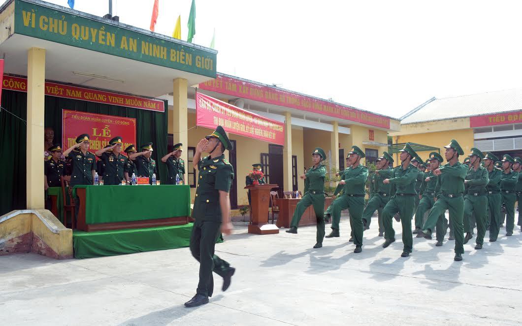 Duyệt đội ngũ tại buổi lễ tuyên thệ