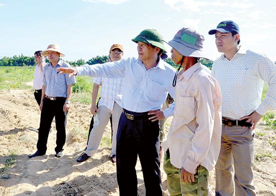 Phó Chủ tịch HĐND tỉnh Nguyễn Hoàng Minh kiểm tra dự án cải tạo đồng ruộng lấy cát phục vụ san lấp tại xã Điện Quang, thị xã Điện Bàn.Ảnh: H.PHÚC