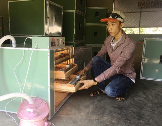 Phạm Văn Linh với chiếc máy ấp trứng do mình chế tạo. Ảnh: THÀNH CÔNG