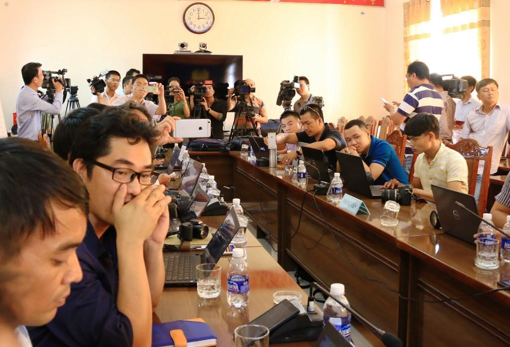 Tọa đàm thu hút nhiều ý kiến hay về tác nghiệp báo chí hiện nay. Trong ảnh: Phóng viên các cơ quan báo chí tác nghiệp tại một buổi họp báo do Công an tỉnh tổ chức. Ảnh: T.C
