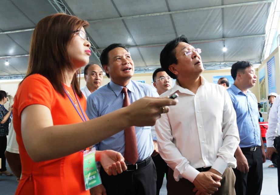 Phó Chủ tịch UBND tỉnh Lê Văn Thanh cùng đoàn đại biểu tham quan một gian trưng bày tại triển lãm. Ảnh: T.C