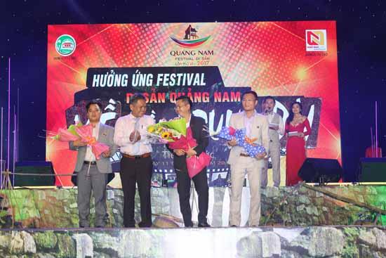 Ông Phùng Văn Huy - Phó Chủ tịch UBND huyện Tiên Phước trao hoa cảm ơn nhà tài trợ Nhất Nam Land. Ảnh: D.LỆ