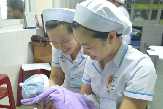 Cháu bé Ruby sống trong tình yêu thương của các y, bác sĩ bệnh viện Đa khoa Vĩnh Đức. Ảnh: Như Trang