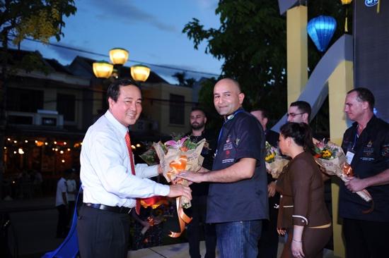 Phó Chủ tịch UBND tỉnh Huỳnh Khánh Toàn tặng hoa cho các đầu bêp