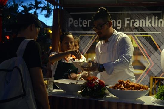 Du khách hào hứng với món cao lầu tại Liên hoan ẩm thực