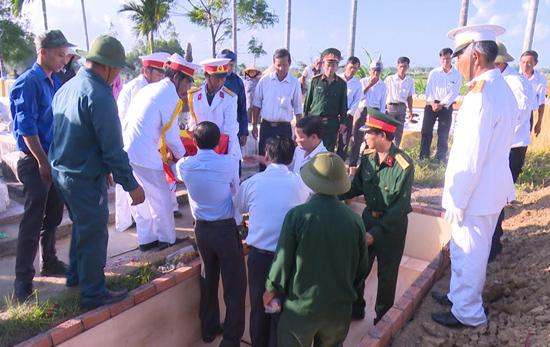Lễ truy điệu, cải táng các anh hùng liệt sĩ tại xã Điện Thọ, thị xã Điện Bàn. Ảnh: TUẤN ANH