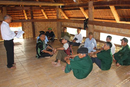Công tác tham vấn, gặp gỡ các già làng để vận động tuyên truyền là rất cần thiết để tạo được sự đồng lòng trong cộng đồng dân cư.Ảnh: N.DƯƠNG