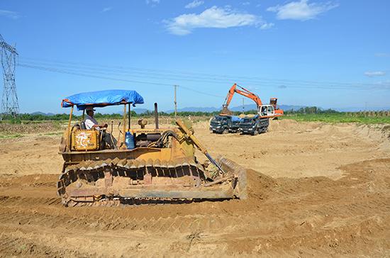 Cải tạo đồng ruộng tại xã Điện Quang, thị xã Điện Bàn. Ảnh: TRẦN NGUYỄN