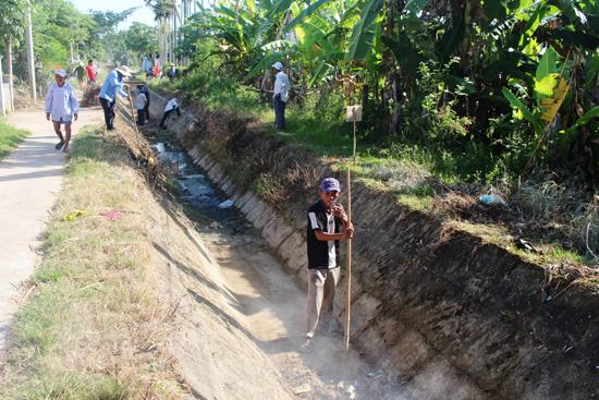 Hội Nông dân huyện ra quân nạo vét kênh mương khơi thông nguồn tưới. Ảnh: BÍCH LIỄU