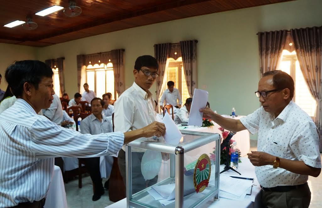Bỏ phiếu bầu bổ sung chức danh Phó Chủ tịch Hội Nông dân tỉnh nhiệm kỳ 2013-2018.