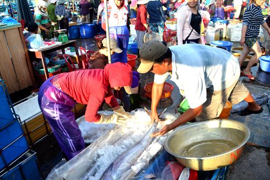 Tiêu thụ hải sản do ngư dân Thăng Bình vươn khơi đánh bắt. Ảnh: N.Q.V