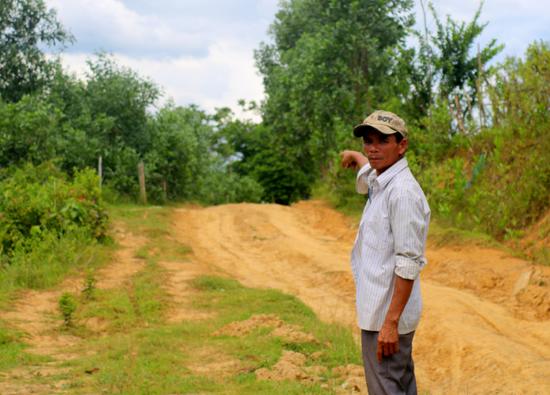 Những người dân thôn Dương Phú, xã Trà Dương, huyện Bắc Trà My đang rất lo lắng trước thông tin vào ngày 1.7 tới, nếu không chịu chia 50% lợi nhuận cây keo trên diện tích chồng lấn sẽ bị giải tỏa trắng. Ảnh: N.D