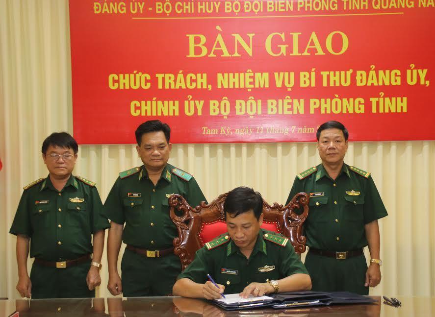 Thiếu tướng Lê Thái Ngọc Phó Tư lệnh BĐBP Việt Nam chứng kiến ký kết bàn giao nhiệm vụ Bí thư Đảng ủy, Chính ủy BĐBP tỉnh.