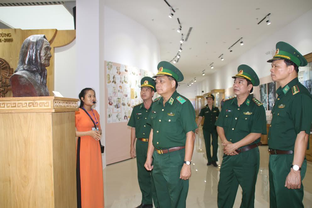 tham quan Quần thể Tượng đài Mẹ Việt Nam Anh hùng