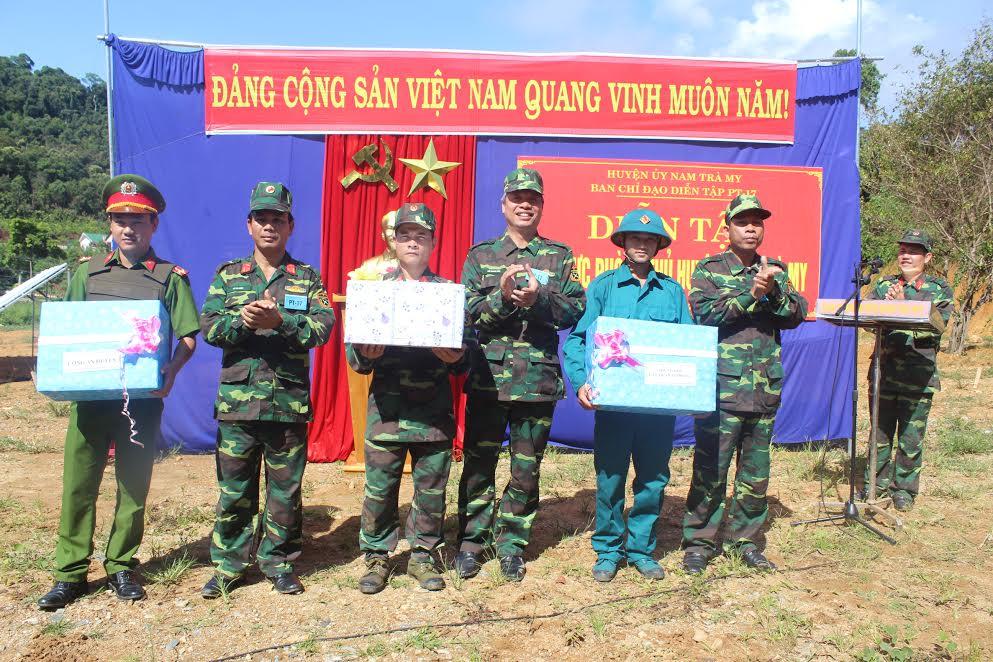 Lãnh đạo huyện Nam Trà My tặng quà cho các bộ phận tham gia diễn tập khu vực phòng thủ năm 2017