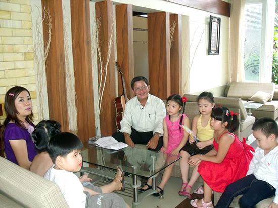 Cùng tập hát với trẻ thơ. Ảnh: Phan Văn Mẫn