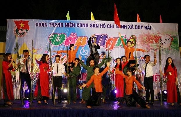 Tiết mục hát múa Đất nước tái hiện những năm tháng hào hùng của dân tộc Việt Nam.