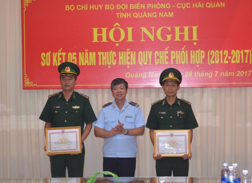 Đồng chí Lê Thành Khang Cục trưởng Cục Hải Quan Quảng Nam tặng giấy khen cho 02 cá nhân của Đồn Biên phòng Cửa khẩu cảng Kỳ Hà.