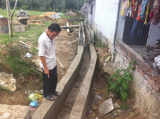 Mương thoát nước đang được xây dựng sau nhà các hộ dân thuộc Khu tái định cư CCN Chợ Lò. Ảnh: NGUYỄN ĐOAN