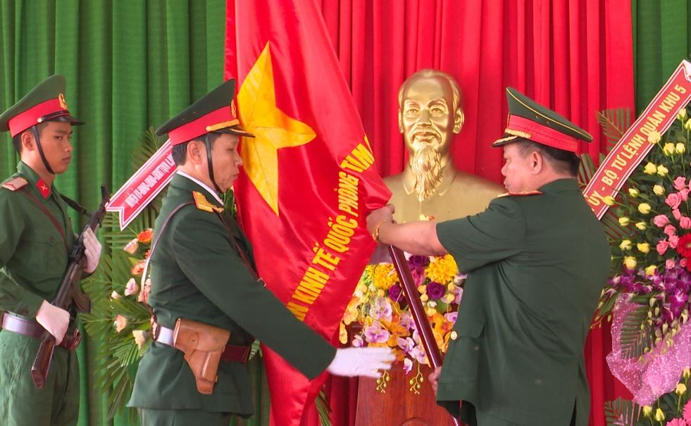 Trung tướng Nguyễn Long Cáng, Tư lệnh Quân khu 5 trao Quân kỳ Quyết thắng cho Đoàn KT-QP Tam Quang 516.