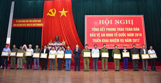 Lãnh đạo tỉnh tặng bằng khen cho các gương sáng trong phong trào Toàn dân bảo vệ ANTQ. Ảnh: P.N