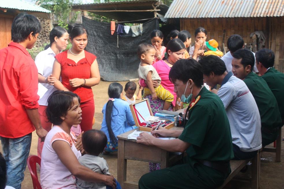 Đội ngũ y, bác sĩ Bệnh xá CK42 khám bệnh cho nhân dân huyện Tây Giang.