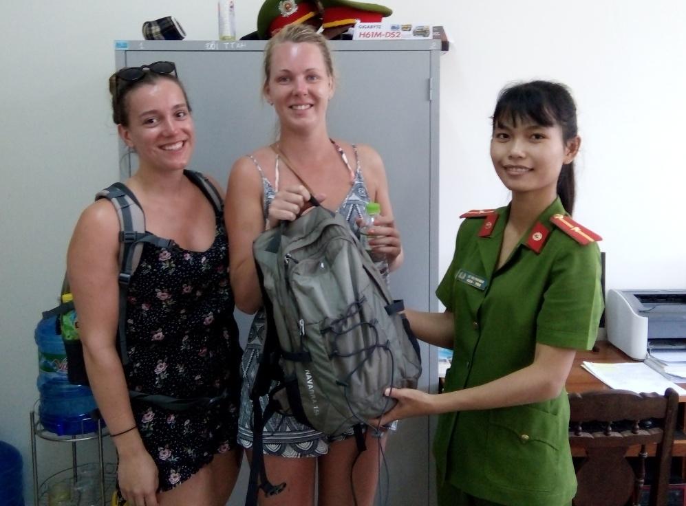 Công an TP Hội An trao trả tài sản bị cướp cho nữ du khách