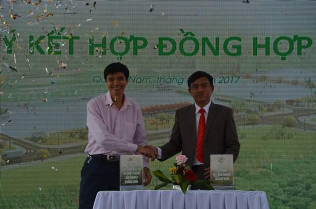 Lãnh đạo công ty ký kết hợp tác với đối tác khách hàng tại buổi lễ