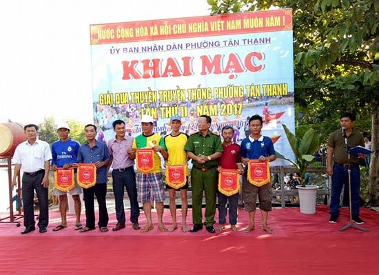 Phường Tân Thạnh, TP.Tam Kỳ tổ chức giải đua thuyền truyền thống chào mừng Ngày hội Toàn dân bảo vệ ANTQ. Ảnh: VIẾT KIM