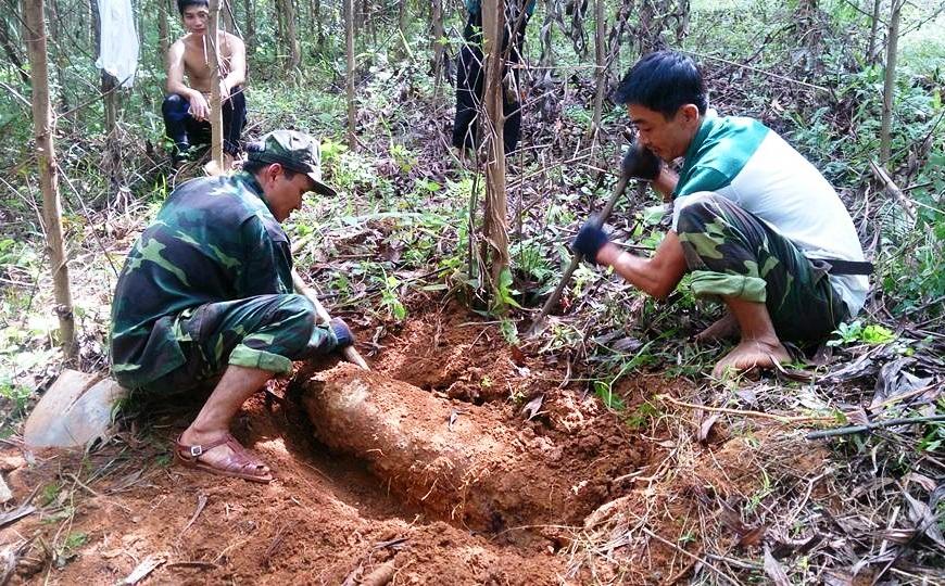 Ban CHQS huyện Tiên Phước đang tháo dỡ bom mìn.