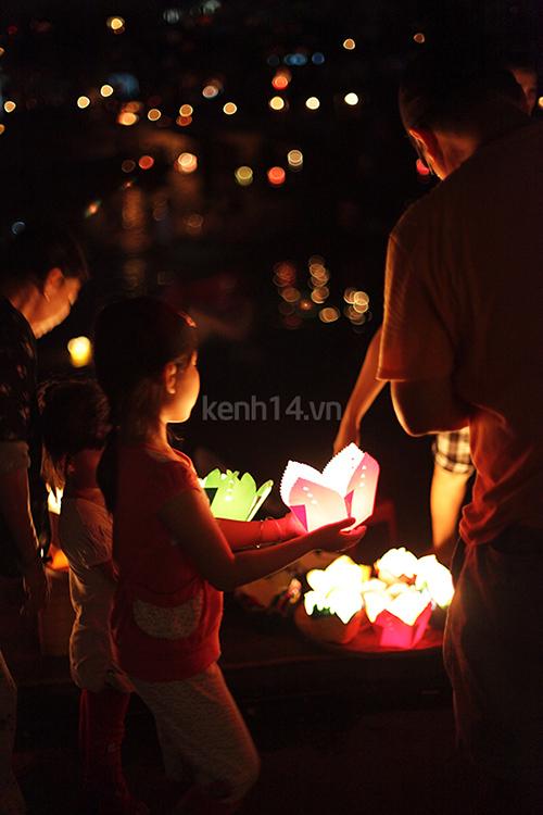 Thả đèn hoa đăng trong ngày lễ Vu lan. Ảnh: Internet