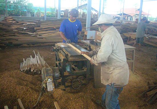 Cơ sở chế biến gỗ đang hoạt động tại Cụm công nghiệp Thanh Hà. Ảnh: Đ.H