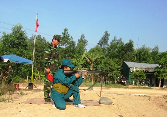 Những năm qua, huyện Duy Xuyên chú trọng nâng cao công tác huấn luyện quân sự. Ảnh: H.NHI