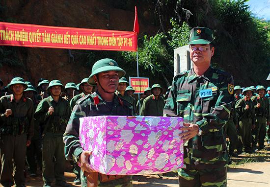 Đại diện lãnh đạo huyện Tây Giang trao quà cho lực lượng dân quân địa phương tại đợt diễn tập phòng thủ năm 2016.