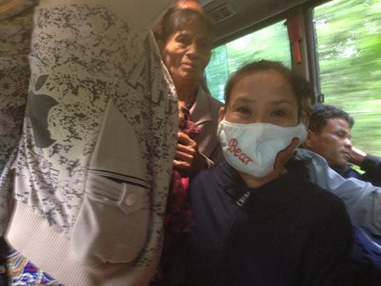 Hành khách bị nhồi nhét trên chuyến xe buýt BKS 92B-00811, chuyến đầu tiên vào sáng thứ Hai, ngày 16.10.2017 (ảnh chụp từ điện thoại).