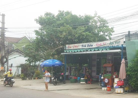 Nhiều ý kiến bày tỏ bức xúc, không đồng tình khi Hội CTĐ huyện Quế Sơn cho con dâu ông Phan Thanh Cúc thuê đất nhà xe làm quán bán cà phê giải khát. Ảnh: H.G
