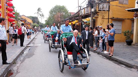 Giới thiệu hình ảnh Quảng Nam về đầu tư, du lịch tại Hội nghị Bộ trưởng Tài chính APEC tại Hội An.  Ảnh: T.DŨNG