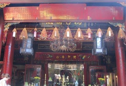 Bút tích của Xuân Quận công và 2 tùy tướng đặt tại bái đường Miếu Quan công ở phố cổ Hội An.