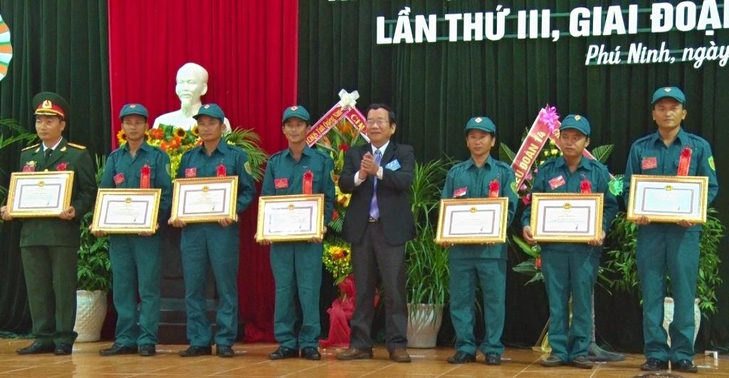 Lãnh đạo huyện trao giấy khen co các tập thể đạt thành tích xuất sắc trong phong trào TĐQT