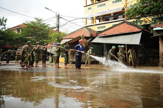 Động viên cán bộ chiến sĩ đang giúp Hội An dọn vệ sinh môi trường sau lũ