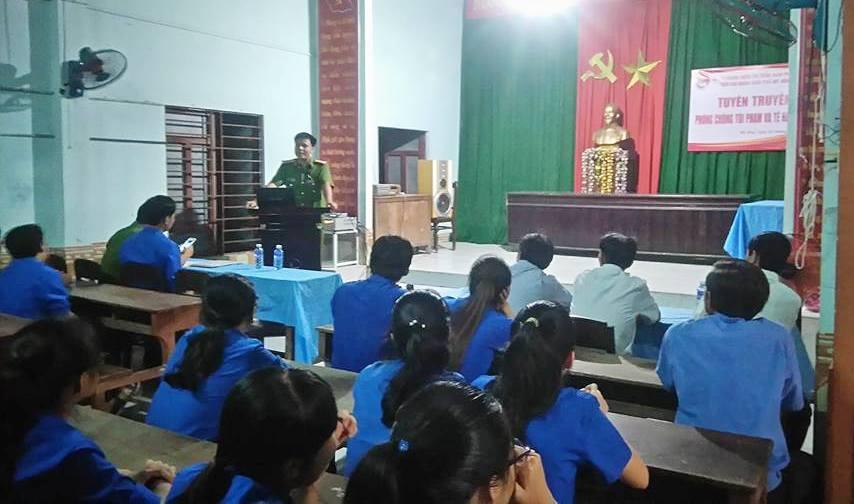 Chi đoàn khối phố Mỹ Hòa phối hợp với Công an thị trấn Nam Phước tổ chức tuyên truyền phòng chống tệ nạn xã hội cho các đoàn viên. Ảnh: PHAN VINH