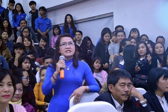 Không chỉ sinh viên mà các giảng viên của trường Đại học Duy Tân cũng tham gia giao lưu đặt câu hỏi với các nghệ sĩ