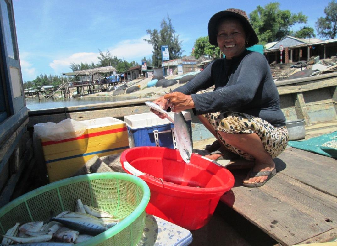 : Năm nay, ngư dân Duy Xuyên khai thác được hơn 12.600 tấn hải sản, tăng 20% so với năm 2016. Ảnh: HOÀI NHI