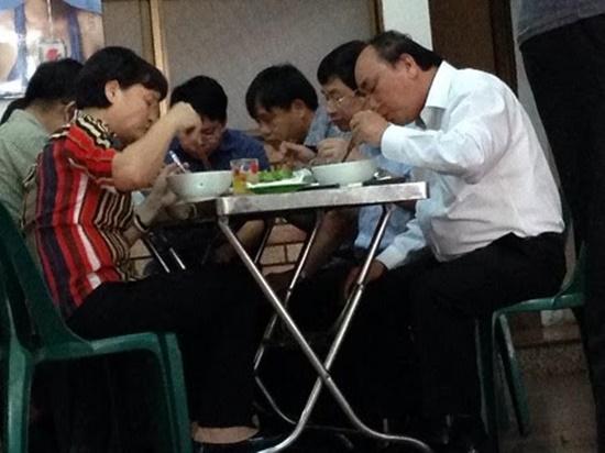 Thủ tướng Nguyễn Xuân Phúc trong một lần ghé ăn mỹ Quảng Giao Thủy tại địa chỉ 1B Ba Đình, Đà Nẵng