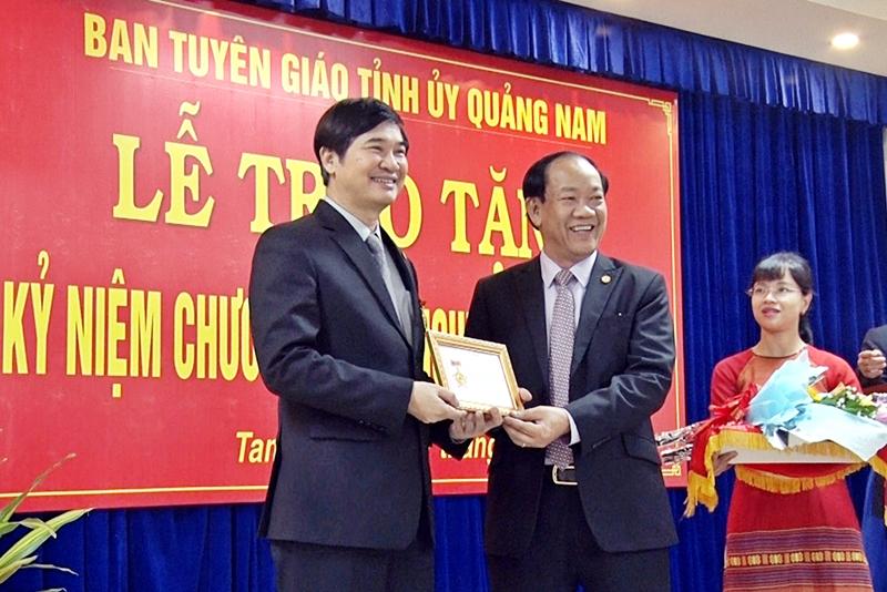 Bí thư Tỉnh ủy, Chủ tịch HĐND tỉnh Nguyễn Ngọc Quang vinh dự nhận kỷ niệm chương