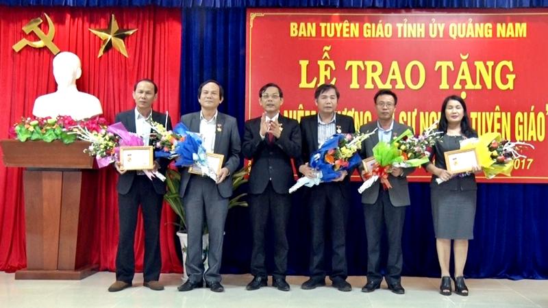 Thừa ủy quyền của Ban Tuyên giáo Trung ương, Trưởng ban Tuyên giáo Tỉnh ủy Nguyễn Chín trao kỷ niệm chương